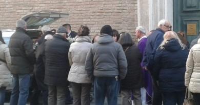 Grande folla ai funerali di Mariella Bacci