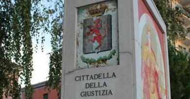 Il monumento posto all'ingresso della ex Cittadella della Giustizia