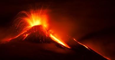 Una spettacolare eruzione dell'Etna
