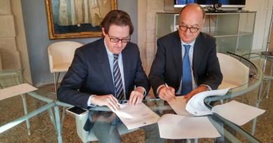 La firma tra il sindaco Giuseppe Casson ed il direttore dell'Agenzia del Demanio