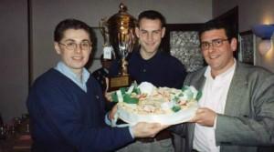 Giuseppe Salvagno tra Rossano Boscolo (a sinistra) ed il compianto Salvatore Ticli (a destra) con uno dei tanti trofei vinti dai Lions