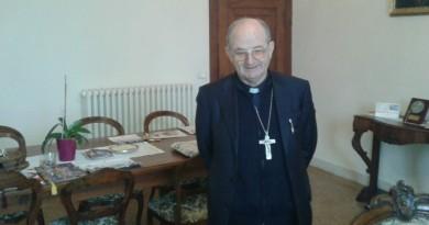 Il Vescovo di Chioggia, mons. Adriano Tessarollo nel suo studio (foto chioggianews24)