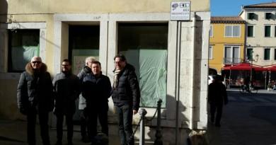 Il sindaco Giuseppe Casson ed il comandante della polizia locale Michele Tiozzo nel punto di videosorveglianza di Calle S.Giacomo