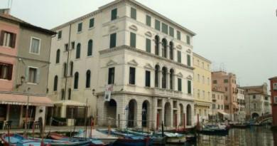 La facciata di Palazzo Grassi