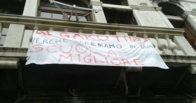 Lo striscione di protesta all'Algarotti