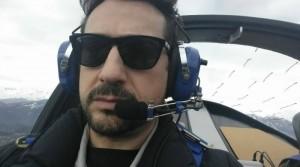 Una bella immagine di Massimiliano Colombo mentre pilota un aereo