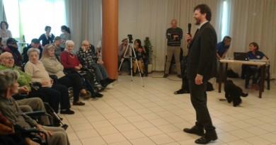 Il presidente dell'Ipab Damiano Boscolo mentre illustra la pet therapy