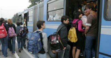 Studenti pendolari alla fermata del bus