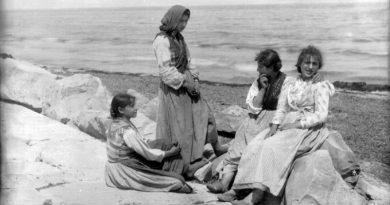 Ragazze sedute sui Murazzi in una foto d'epoca