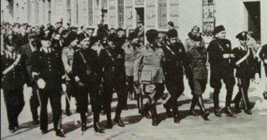 Una sfilata di gerarchi fascisti