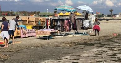 Venditori abusivi domenica sulla spiaggia di Sottomarina