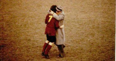 Il presidente Franco De Paolis abbraccia Pino Augusti (foto Fbc Union Clodiasottomarina)