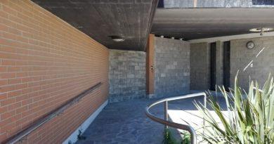 Il muro alzato all'entrata del kursaal