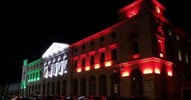 Una splendida immagine notturna del municipio di Chioggia