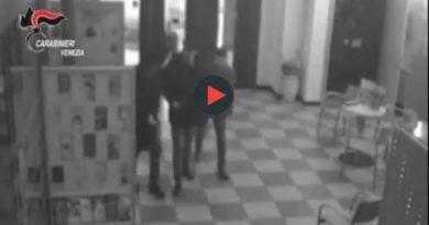Una delle rapine in banca ripresa dalle telecamere di servizio