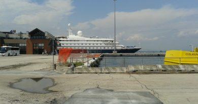 """La nave da crociera """"Sea Dream"""" nella banchina del porto di Chioggia"""