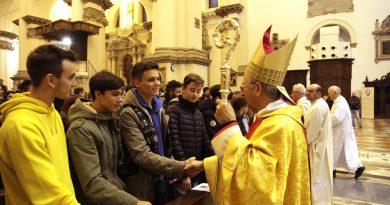 Il vescovo con alcuni giovani durante la cerimonia