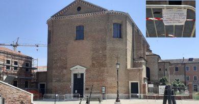 Cadono tegole dal tetto, transennata la chiesa di San Domenico